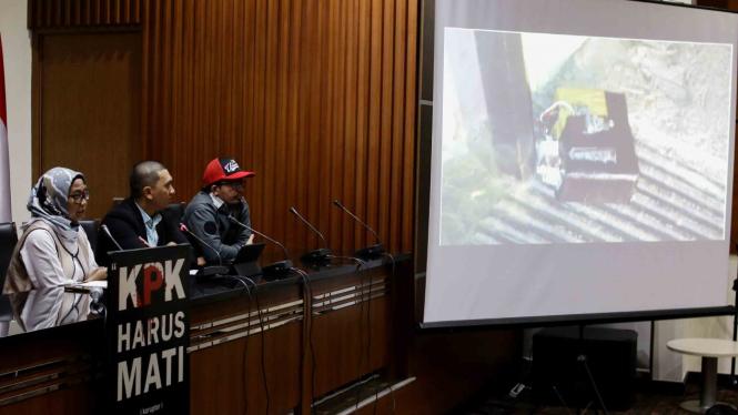 Ketua Wadah Pegawai KPK Yudi Purnomo (tengah) didampingi Penasihat Yudhi (kanan) dan Kordinator Bidang Humas Wadah Pegawai KPK Putri (kiri) memberikan pernyataan sikap mereka atas aksi teror terhadap dua pimpinan KPK di Gedung KPK, Jakarta