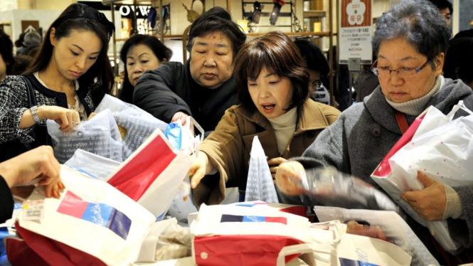 Heboh Fukubukuro: Ketika Rakyat Jepang Tergila-gila Tas Keberuntungan