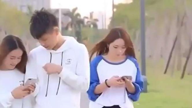 Sibuk dengan ponsel