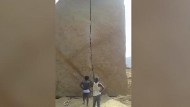 Detik-detik batu besar pecah oleh palu.