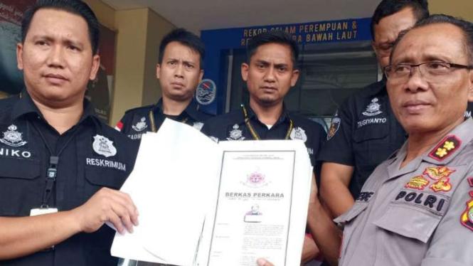 Polisi menyerahkan kembali berkas kasus hoax Ratna Sarumpaet.