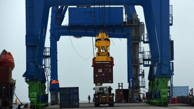 Bongkar Muat Perdana di Makassar New Port