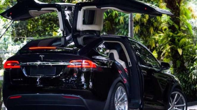 Mobil listrik Tesla milik anggota DPR, Ahmad Sahroni