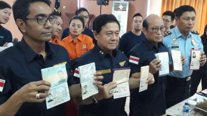Paspor para WNA pelaku pengobatan ilegal dipampangkan ke publik