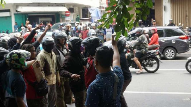 Sekelompok massa Laskar Umat Islam Surakarta mendatangi Rumah Tahanan Kelas IA Surakarta, Jawa Tengah, pada Kamis, 10 Januari 2019, menyusul keributan di dalam penjara itu.