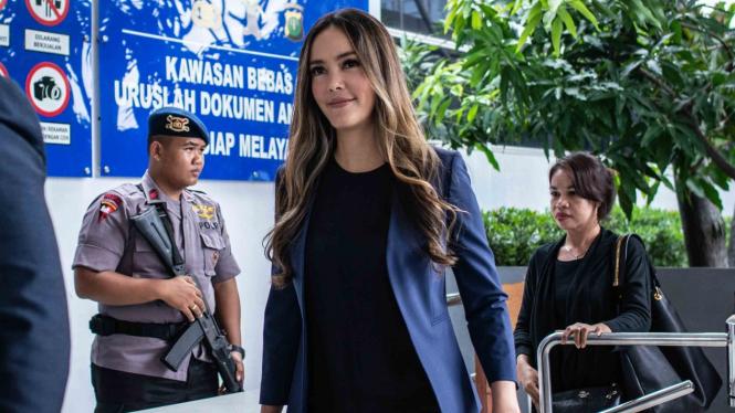 Aktris Cathy Sharon (tengah) bersiap membuat laporan terkait pencemaran nama baik dirinya, di Sentra Pelayanan Kepolisian Terpadu (SPKT) Polda Metro Jaya, Jakarta, Kamis, 10 Januari 2019.