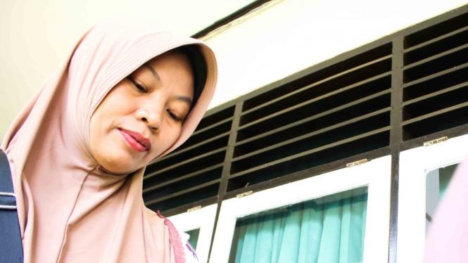 Terpidana kasus pelanggaran UU ITE Baiq Nuril berjalan usai menjalani sidang perdana pemeriksaan berkas memori PK di Pengadilan Negeri Mataram, NTB
