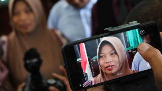 Terpidana kasus pelanggaran UU ITE Baiq Nuril menjawab sejumlah pertanyaan wartawan usai menjalani sidang perdana pemeriksaan berkas memori PK di Pengadilan Negeri Mataram, NTB