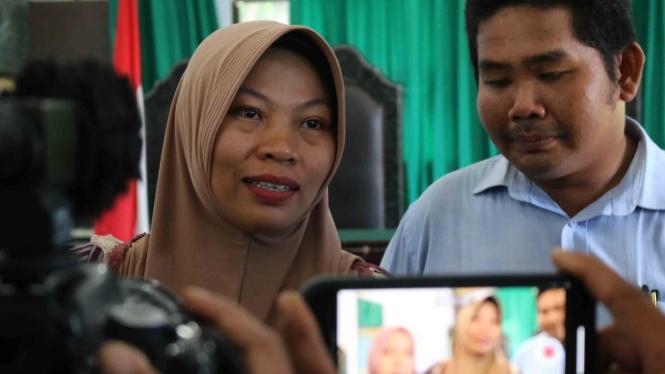 Terpidana kasus pelanggaran UU ITE Baiq Nuril (kiri) menjawab sejumlah pertanyaan wartawan usai menjalani sidang perdana pemeriksaan berkas memori PK di Pengadilan Negeri Mataram, NTB