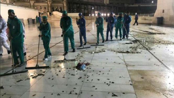 Petugas membersihkan serangga di halaman Masjidil Haram Kota Mekah.