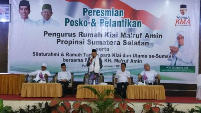 Calon wakil presiden Ma'ruf Amin dalam peresmian posko dan pelantikan pengurus Rumah Kiai Ma'ruf Amin Sumatera Selatan di Palembang, Jumat, 11 Januari 2019.