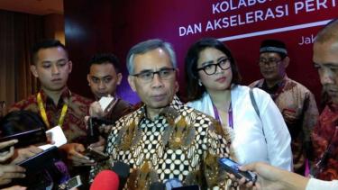 Ketua Dewan Komisioner OJK Wimboh Santoso dalam forum pertemuan Industri Jasa Keuangan 2019 di Jakarta, Jumat malam, 11 Januari 2019.