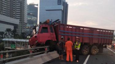 Kecelakaan truk di Tol Slipi