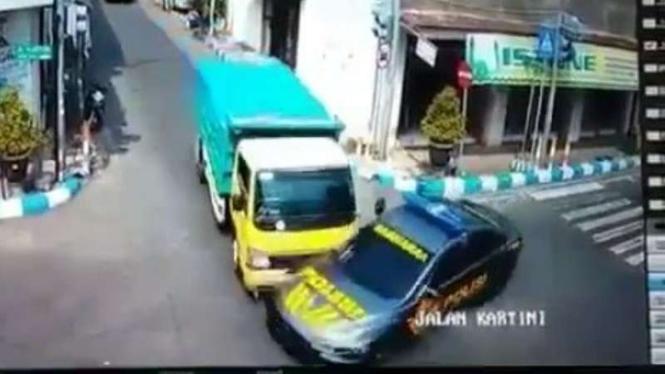 Video truk tabrak mobil polisi