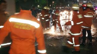 Petugas Dinas Pemadam Kebakaran saat berjuang memadamkan api. (Foto ilustrasi)