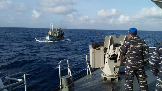 Kapal TNI AL menangkap kapal Vietnam yang melakukan ilegal fishing