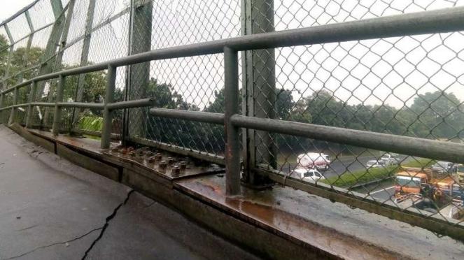 Jembatan penyeberangan orang (JPO) di Jalan Tol Jakarta Tangerang retak