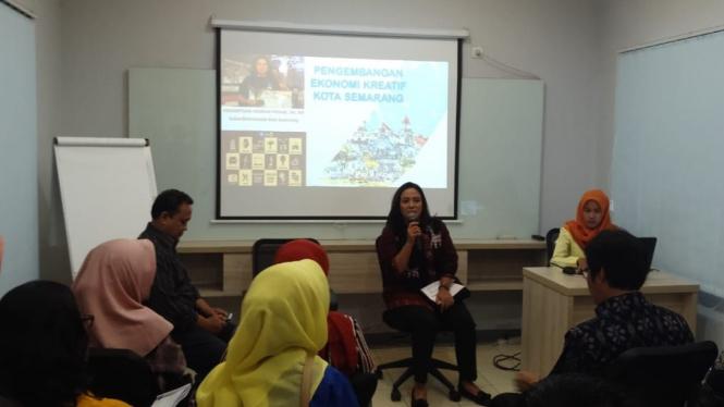 Ketua Dekranasda Kota Semarang saat diskusi ekonomi kreatif.