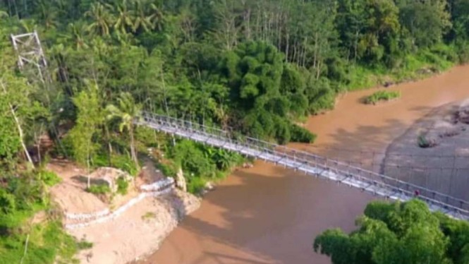 Jembatan Gantung Banjarsari II, Kabupaten Pacitan, Jawa Timur.
