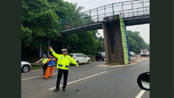 Bak truk nyangkut di JPO Tol Jakarta Merak