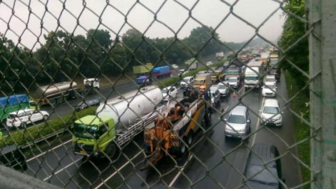 Bagian belakang truk tersangkut di jembatan di ruas tol Jakarta-Tangerang