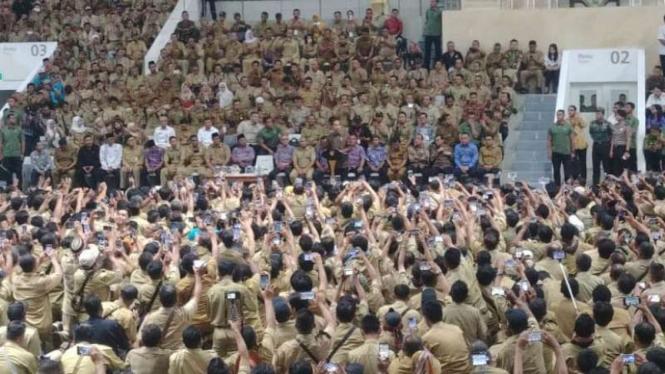 Presiden Joko Widodo menghadiri pertemuan dengan ribuan perangkat desa.