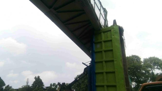 Badan truk tersangkut JPO Tol Jakarta-Tengerang