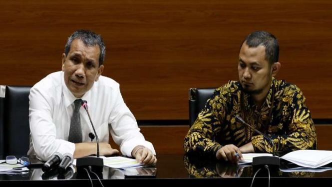Deputi Pencegahan KPK Pahala Nainggolan (kiri) didampingi Plt Direktur LHKPN