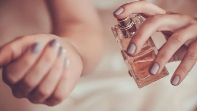 Menggunakan parfum.