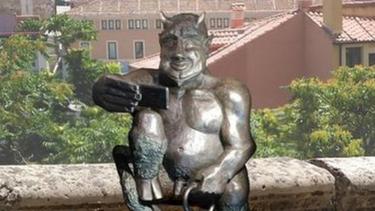 https://thumb.viva.co.id/media/frontend/thumbs3/2019/01/16/5c3edaea5672d-patung-iblis-di-spanyol-dikecam-terlalu-riang-dan-ramah-serta-jauh-dari-kesan-mengerikan_375_211.jpg