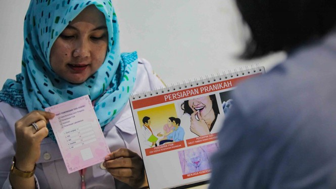 Petugas Puskesmas memberikan konseling dan pemeriksaan kesehatan bagi calon pengantin yang ingin membuat sertifikat layak kawin di Puskesmas Sawah Besar, Jakarta, Rabu, 16 Januari 2019.