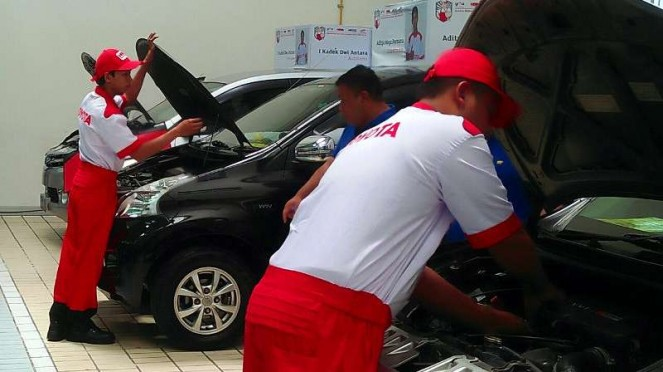 Ilustrasi mekanik sedang memerbaiki mobil