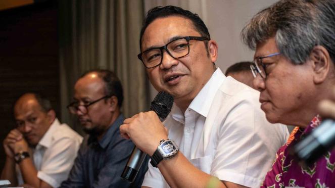 Direktur Utama Garuda Indonesia, Ari Askhara (kedua kanan)