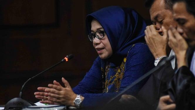 Terpidana kasus suap proyek PLTU Riau 1 Eni Maulani Saragih (kiri) menanggapi keterangan saksi ketika sidang lanjutan di Pengadilan Tipikor, Jakarta