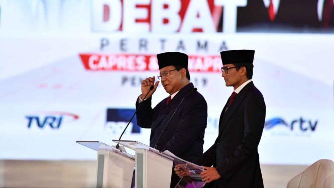 Pasangan nomor urut 02 Prabowo Subianto (kiri) dan Sandiaga Uno menjawab pertanyaan saat Debat Pertama Capres & Cawapres 2019, di Hotel Bidakara, Jakarta, Kamis, 17 Januari 2019.