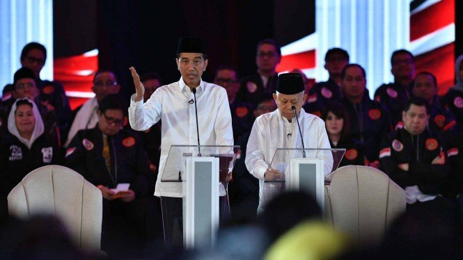 Pasangan capres-cawapres nomor urut 01 Joko Widodo (kiri) dan Ma'ruf Amin menjawab pertanyaan saat Debat Pertama Capres & Cawapres 2019, di Hotel Bidakara, Jakarta, Kamis, 17 Januari 2019.