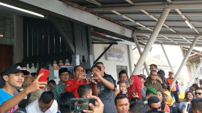 Tiba-tiba Turun Dari Kereta, Jokowi Selfie Bareng Warga