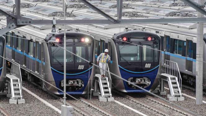 Petugas melakukan pengecekan kereta Mass Rapid Transit (MRT) di Stasiun Lebak Bulus, Jakarta, Kamis, 17 Januari 2019.