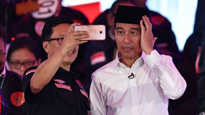 Capres nomor urut 01 Joko Widodo berswafoto bersama pendukungnya saat jeda Debat Pertama Capres & Cawapres 2019, di Hotel Bidakara, Jakarta
