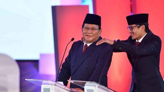 Capres nomor urut 02 Prabowo Subianto (kiri) dipijat pasangan cawapresnya Sandiaga Uno saat jeda Debat Pertama Capres & Cawapres 2019, di Hotel Bidakara, Jakarta