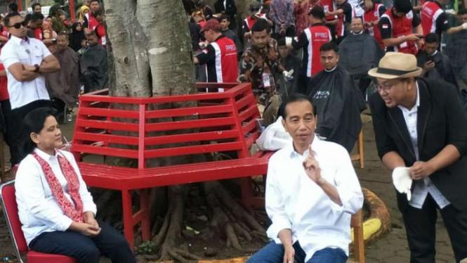 Saat Jokowi Candai Teten Untuk Cukur Rambut Di Garut