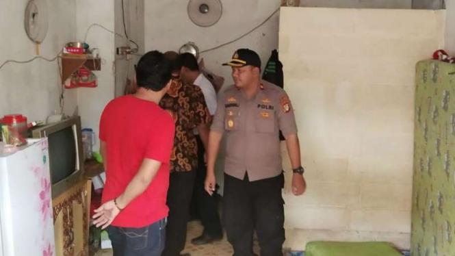 Polisi melakukan olah TKP di rumah Queena, bayi tewas dengan luka lebam