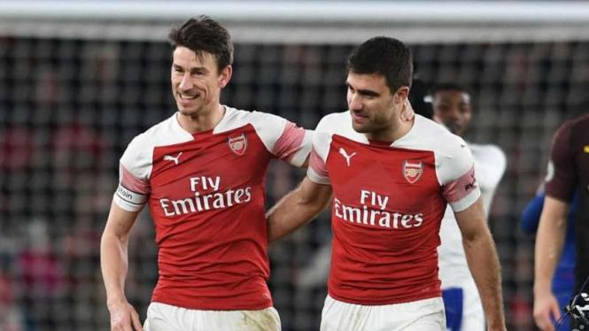 Pemain Arsenal, Laurent Koscielny dan Sokratis Papastathopoulos.