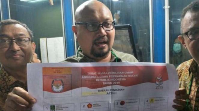 Komisioner KPU, Ilham Saputra, saat meninjau produksi surat suara Pemilu 2019.
