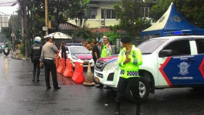 Ilustrasi penyekatan jalan oleh polisi.