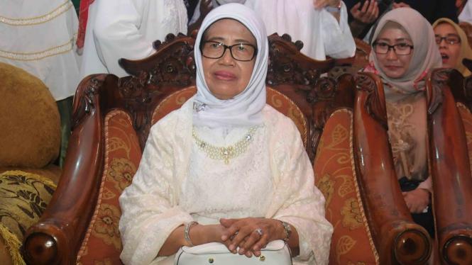 Ibunda Joko Widodo, Sujiatmi Notomiatdjo