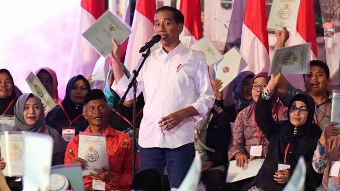 Presiden Joko Widodo (tengah) berdialog dengan penerima Sertifikat Tanah untuk Rakyat di Banjarsari, Garut, Jawa Barat