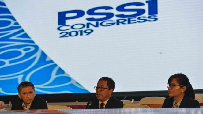 Pelaksana Tugas Ketua Umum PSSI Djoko Driyono (tengah) bersama Wakil Ketua Umum PSSI Iwan Budianto (kiri) dan Sekjen PSSI Ratu Tisha Destria (kanan) menyampaikan keterangan pers sesusai penutupan Kongres PSSI 2019 di Nusa Dua, Bali