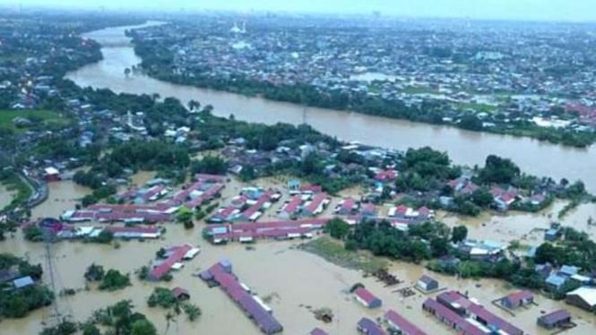 Banjir bandang akibat debit air sungai meluap di Kabupaten Gowa, Sulawesi Selatan, pada Selasa siang, 22 Januari 2019.