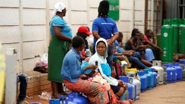 https://thumb.viva.co.id/media/frontend/thumbs3/2019/01/23/5c47b30d265bb-protes-bbm-di-zimbabwe-warga-antre-berjam-jam-harga-termahal-di-dunia-tapi-stok-tidak-pasti_375_211.jpg